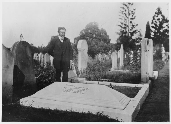Houdini / Davenport. Harry Houdini at the grave of William Davenport