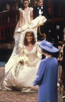 Royal Wedding 1986 - Fergie curtseys to the Queen